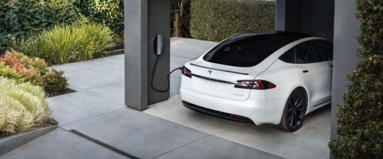 Машины Tesla могут продавать энергию, их зарядка оказалась двухсторонней