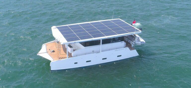 Спущен на воду первый серийный катамаран на солнечной энергии