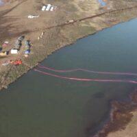 Работы по сбору нефтепродуктов в Норильске ведутся в круглосуточном режиме