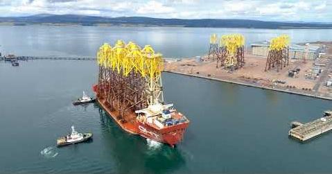 Тяжеловесное судно доставило в шотландский порт 10 ветряных турбин