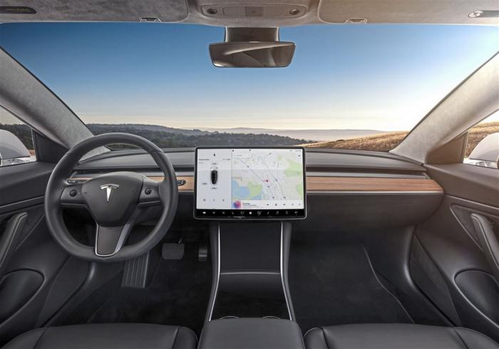 Электромобили Tesla научились распознавать знаки ограничения скорости и уведомлять о зелёном сигнале светофора