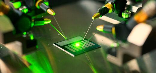 Американские ученые создали первый электроинъекционный лазер