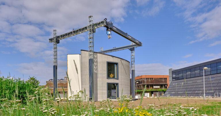 Самый большой 3D-принтер в Европе впервые напечатал двухэтажный дом