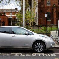 Франция сократит господдержку электрокаров и «гибридов»