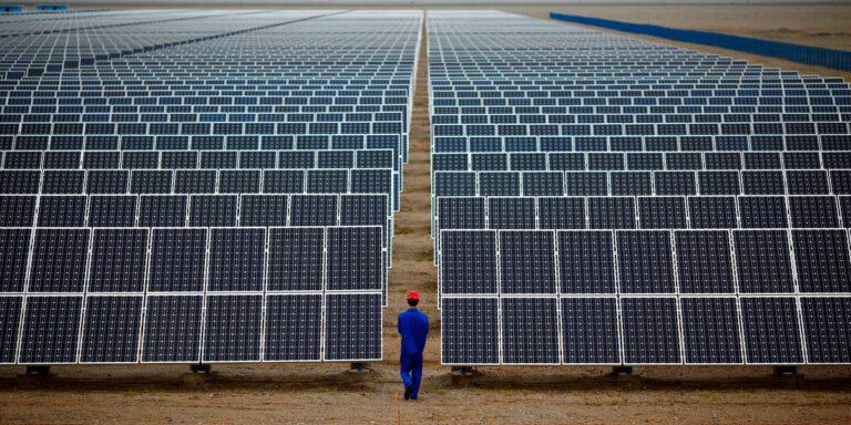 В Китае введена в строй крупнейшая в мире солнечная электростанция, и она оснащена накопителем энергии