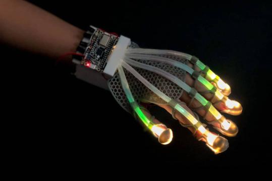 Ученые создали эластичный сенсор, который подарит роботам возможность испытывать тактильные ощущения как у человеческой кожи