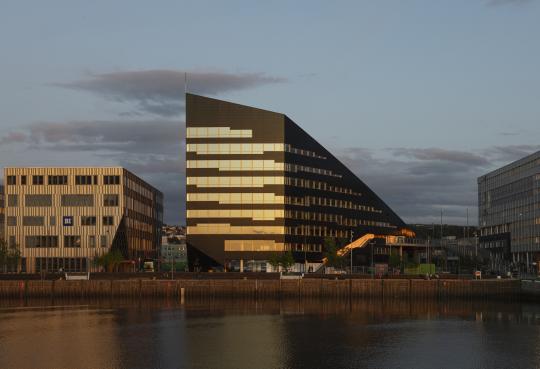 В Норвегии построили офисное здание, которое полностью работает на солнечной электроэнергии