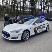 Американские полицейские приехали на Tesla-парад на электромобиле Tesla Model S, который купили на конфискованные деньги от продажи наркотиков
