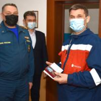 Сотрудники Алтайского филиала Россети Сибирь награждены медалями МЧС России за спасение ребенка