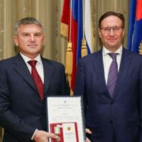 Руководитель Ростехнадзора Алексей Алёшин наградил главу «Россети Центр» Игоря Маковского юбилейной медалью ведомства