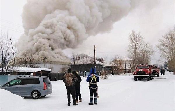 Сотрудник компании «Алтайкрайэнерго» спас пожилую женщину из огня