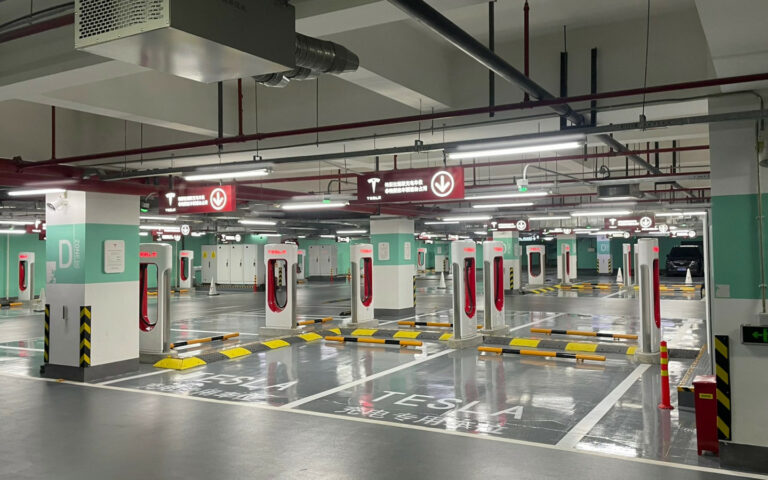 Tesla открыла в Китае свою самую большую станцию зарядки электромобилей