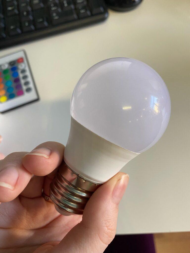 Обзор RGB лампочки за 150 рублей с AliExpress