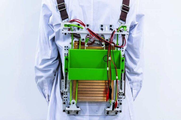 Ученые создали рюкзак, который сможет генерировать электроэнергию благодаря человеческим движениям