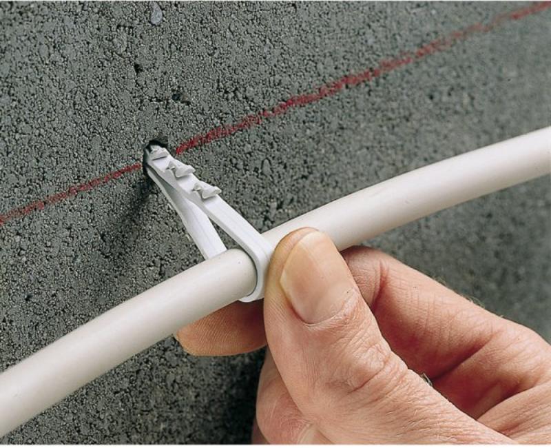 Монтаж кабеля с помощью дюбель-хомута