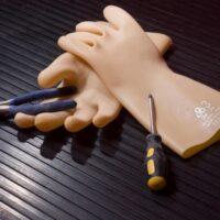 Зачем электрику резиновые перчатки?