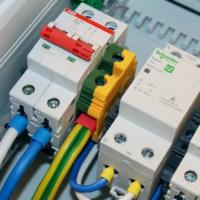 В чем разница между УЗО, автоматическим выключателем и дифференциальным автоматом?