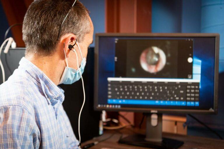 Британские инженеры разработали устройство, позволяющее парализованным людям общаться ухом