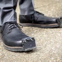 Придумана обувь с ультразвуком и камерой, которая предупреждает слабовидящих о препятствиях на их пути