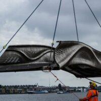 В Амстердаме открыли первый мире стальной мост, напечатанный на 3D-принтере