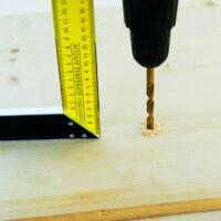 Как просверлить отверстие строго под прямым углом?